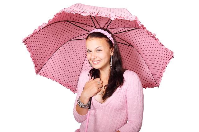 【二人の出会い】電車が駅に着くと雨、女子「傘に入りますか」で相合傘。それを見ていたのが嫁・・・