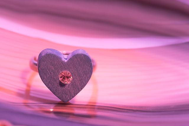 【愛してる】俺「愛してるよ」 、 嫁「いーからはよお風呂入れてきたって」関西弁でかわされた