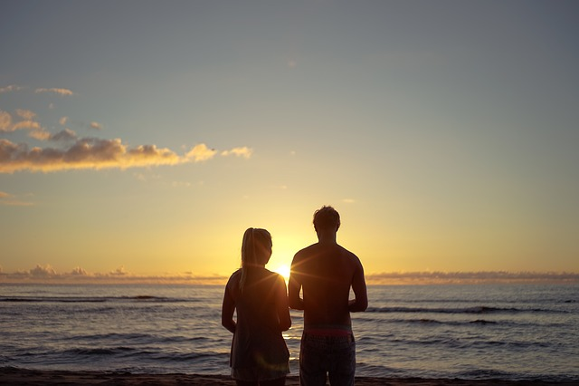 【二人の出会い】俺、A子とお泊り旅行、胸の谷間にも我慢・・・。で、A子結婚。俺嫁はA子の紹介。