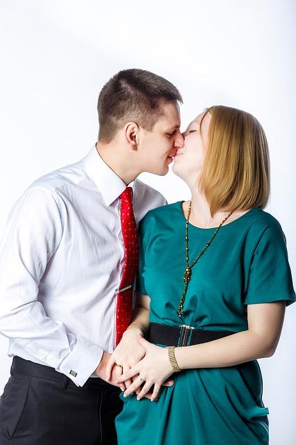 【愛してる】結婚7年目ともに36歳。呪文の翌朝から玄関で熱い接吻を交わすようになったが、この愛情どこまで深まるの?