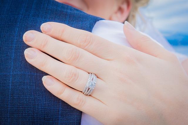【プロポーズ】俺「プレゼントあるんだ」、 嫁「何くれるの」、俺「はいどうぞ」、嫁「??指輪、本物だ(笑)」、でも…