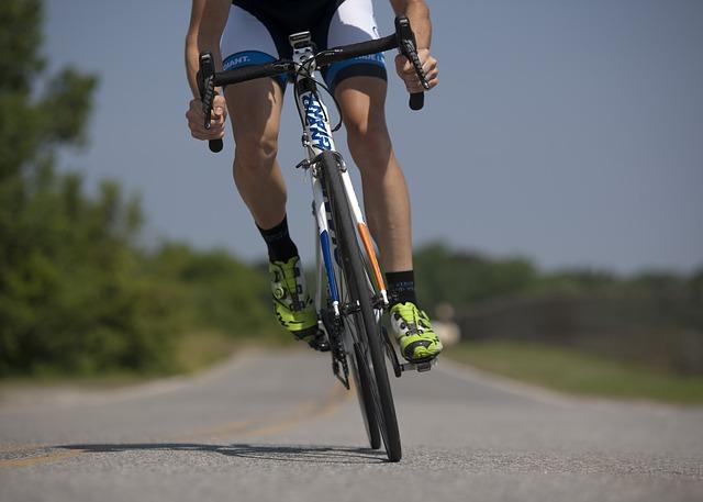 【びっくりポン】自転車走行中、路肩に止めてあった車の突然ドアが開いて激突…
