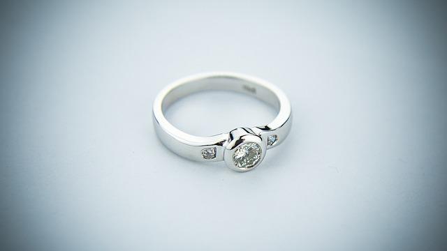 【プロポーズ】サプライズで4℃の婚約指輪をもらい、切れまくったアラサーの私…